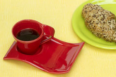 Cruasán del trigo integral con la taza de café foto de archivo