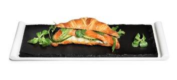 Cruasán delicioso con las rebanadas de color salmón imagen de archivo libre de regalías