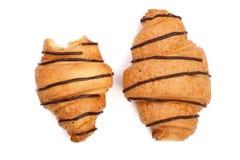 Cruasán mordido adornado con la salsa de chocolate aislada en el fondo blanco, visión superior Imagen de archivo