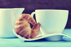 Cruasán y café o té fotografía de archivo libre de regalías
