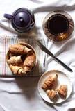 Cruasanes con los albaricoques secados Fotos de archivo libres de regalías