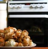 Cruasanes de la pasta de hojaldre en un fondo del horno con un tim Foto de archivo