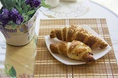 Cruasanes del desayuno con el espacio de la copia en izquierda fotos de archivo