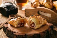 Cruasanes dulces hechos en casa de los bollos con el relleno del queso y del atasco Foto de archivo