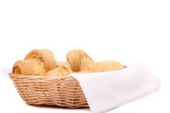 Cruasanes o rollos crecientes en cesta. Fotografía de archivo libre de regalías