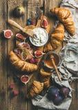 Cruasanes, queso del ricotta, higos, bayas frescas, prosciutto y miel Imagen de archivo