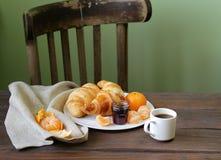 Cruasanes tradicionales con el atasco para el desayuno Fotografía de archivo libre de regalías