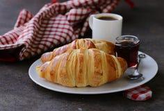 Cruasanes tradicionales con el atasco para el desayuno Imagen de archivo libre de regalías