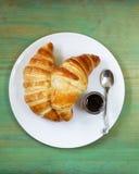 Cruasanes tradicionales con el atasco para el desayuno Fotos de archivo