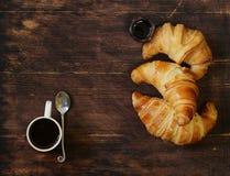 Cruasanes tradicionales con el atasco para el desayuno Fotografía de archivo