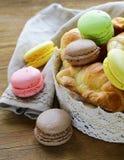 Cruasanes tradicionales y macarrones de los pasteles franceses fotografía de archivo libre de regalías
