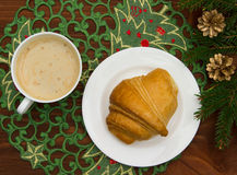 Cruasanes y café en el invierno Foto de archivo
