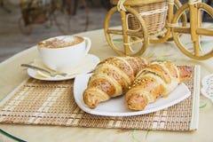 Cruasanes y cappucino del desayuno imagen de archivo libre de regalías