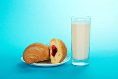 Cruasanes y leche frescos, sabrosos imagen de archivo libre de regalías