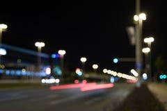 Cruce borroso de la ciudad en la noche imagenes de archivo