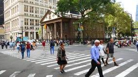 Cruce cerca de la iglesia de la trinidad en Manhattan, New York City metrajes