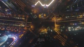 Cruce complejo en Shangai, China en la noche Visi?n de arriba hacia abajo vertical a?rea almacen de video