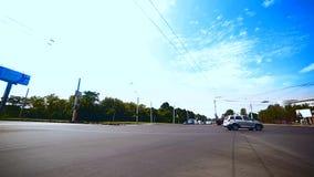 Cruce con transporte de la ciudad Ángulo bajo Fisheye almacen de metraje de vídeo