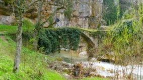 Cruce, cruzando el puente de piedra medieval antiguo del arco almacen de video