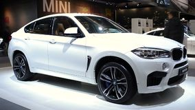 Cruce de lujo SUV de BMW X6 M almacen de metraje de vídeo