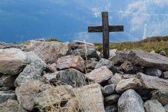Cruce en el top de una montaña en Europa Central Una muestra de madera imagen de archivo libre de regalías