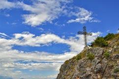 Cruce en la montaña con el cielo azul nublado en fondo Imagen de archivo libre de regalías