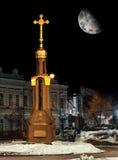Cruce en la noche-capilla en una noche iluminada por la luna en Rusia Ulyanovsk Imagenes de archivo