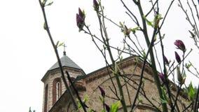 Cruce en monasterio cristiano viejo en Europa suroriental almacen de metraje de vídeo