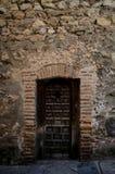 Cruce en una puerta en una casa de piedra Fotos de archivo
