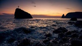 Cruce en una roca en el mar, en la costa metrajes