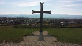 Cruce encima la ciudad en Kaukasus Imagen de archivo libre de regalías