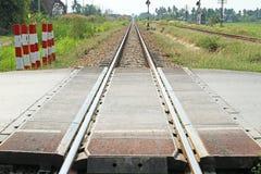 Cruce ferroviario en el camino Imagen de archivo libre de regalías