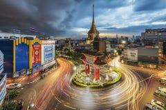 Cruce giratorio de Odeon en Chinatown, Bangkok con un acercamiento de la nube de tormenta Imagen de archivo