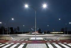 Cruce giratorio en la noche fotografía de archivo