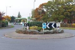 Cruce giratorio en un camino británico Foto de archivo