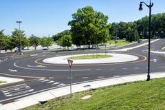 Cruce giratorio suburbano fotos de archivo
