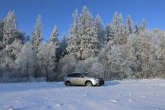 Cruce moderna con la alta liquidación al campo nevado Imagen de archivo libre de regalías