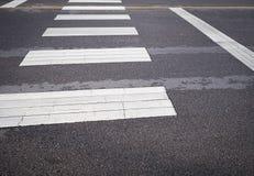 Cruce peatonal de la calle en la calle de la ciudad fotografía de archivo libre de regalías
