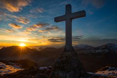 Cruce una montaña en los colores mágicos de la puesta del sol Imágenes de archivo libres de regalías
