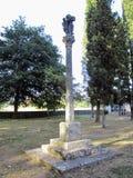 Cruceiro localizou no campo da igreja de Santa MarÃa de Deixebre Foto de Stock