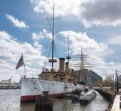 Crucero Olympia amarrado en el aterrizaje de Penn, Philadelphia fotos de archivo