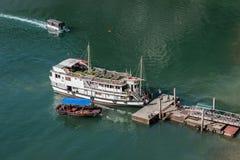 Crucero turístico atracado Fotografía de archivo