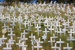 Cruces blancas en una ladera foto de archivo libre de regalías