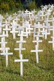 Cruces blancas en una ladera fotografía de archivo libre de regalías