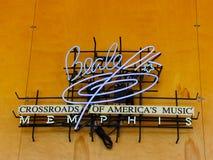 Cruces de la calle de Beale de la señal de neón de la música de América en Memphis Welcome Center foto de archivo libre de regalías