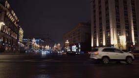 Cruces de la ciudad de la noche La arquitectura majestuosa, coches conduce de izquierda a derecha almacen de metraje de vídeo