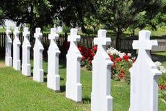 Cruces en cementerio Lápidas mortuarias blancas que entran en perspectiva Fotografía de archivo libre de regalías