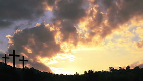 Cruces en la puesta del sol almacen de video