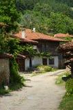 Cruces en pueblo balcánico imagen de archivo