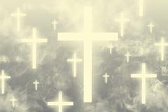 Cruces que brillan intensamente que flotan en los cielos rodeados con las nubes ligeras foto de archivo